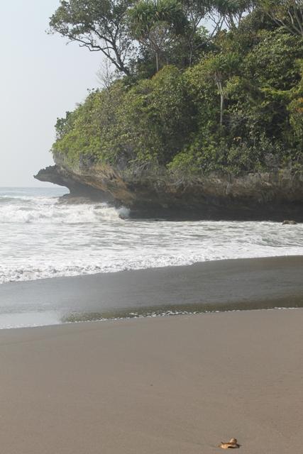 Pemandangan pantai sebelah