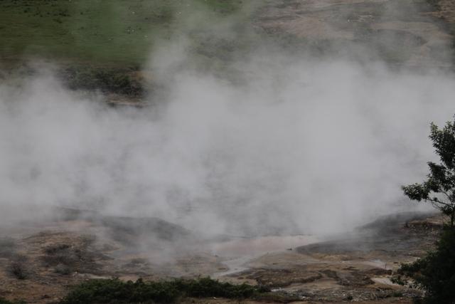 Kawah Sileri dengan gumpalan asapnya