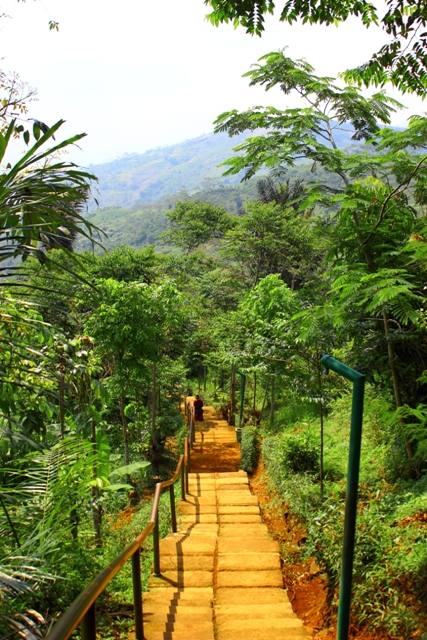 anak tangga menuju bukit situs gunung padang