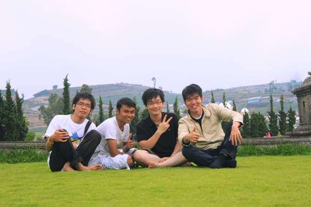 foto bareng kawan seperjuangan di atas rumput hijau