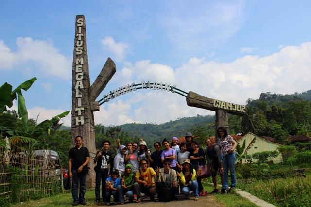 foto didepan gerbang situs gunung padang