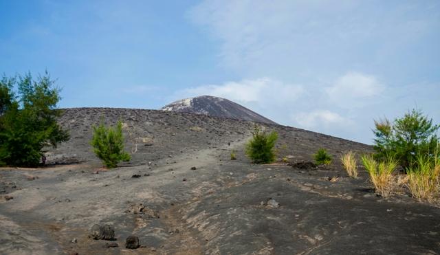 Jalur berpasir menuju puncak bayangan anak gunung krakatau