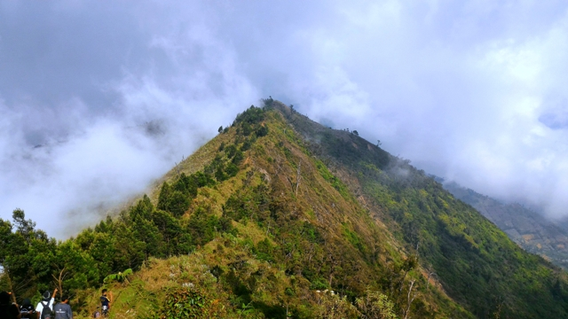 trekking yang berada diantara jurang