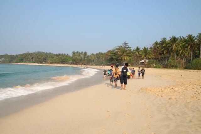 Perjalanan menuju Lagoon pari melewati pesisir pantai