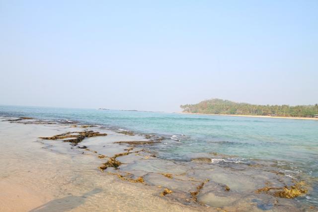 Batu karang yang cukup unik dalam perjalanan menuju Lagoon pari