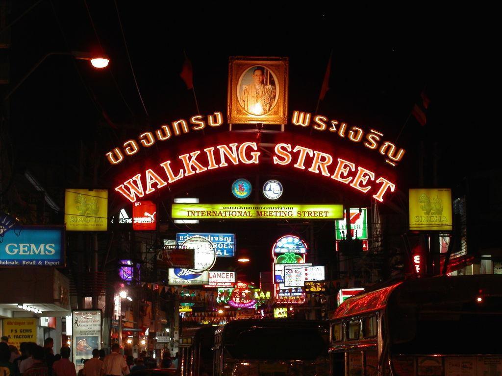 pintu utama walking street