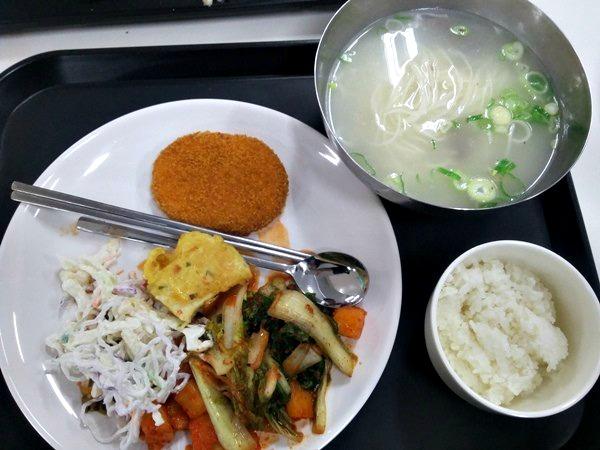 Menu makan siang saat itu di kantin Hongik University