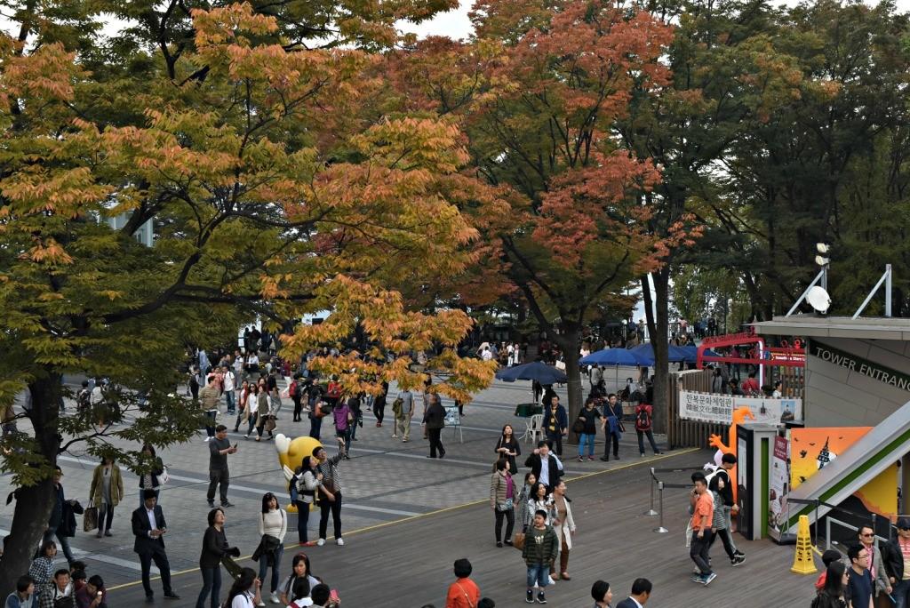 Suasana musim gugur di tengah Namsan Tower